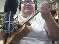 そのルックスからは想像もつかないような美声で歌う男性 with ウクレレ
