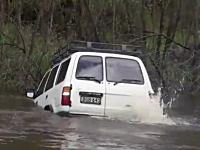 行けるんかよ?ワイルドすぎるドライバーが水溜りというか湖に突撃して・・・。