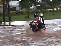 後ろに女子を乗せて水没した道路を突っ切ろうとしたバイクがつんのめってw
