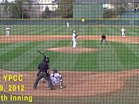 酷い大学野球。乱闘のどさくさに紛れて襲撃を受けて倒れる2塁ランナー。