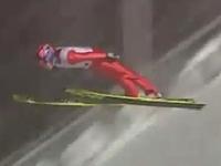 スキージャンプの失敗映像。クラッシュ後、すぐに立ち上がるのだが・・・