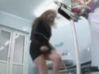 ひどいイタズラw 女性が体重計に乗ると股間に向って水がシャーッと出る