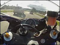頭のネジぶっ飛び動画。凄いスピードで行うバイクのすり抜け。そのうち死ぬ