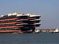 船で船を運ぶ?オランダのロッテルダム港で撮影された珍しい映像。デカイ