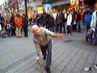 フリーズおじいちゃん。老人ストリートパフォーマーの絶技。