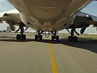 旅客機が離陸&着陸する様子をタイヤのアームに取り付けられたカメラから