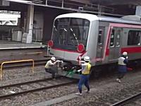 長津田駅で連結に失敗して動き出してしまった電車を人力で止めようとする
