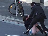 ミニスカートのお姉ちゃんつええ!路上でスーツ野郎と取っ組み合いの喧嘩