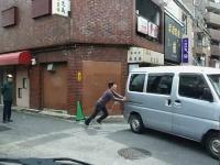 「おいおいおい!」スナック鹿児島涙目。壁をぶっ壊して逃走する軽自動車