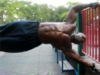 超絶マッスルな人が公園で筋トレしている動画。筋肉が凄まじい。