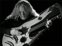 27もの弦を持つギターを巧みに演奏。美しい音色が心地いい。