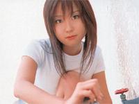 石川優実 スカートをまくし上げてパンチラショット