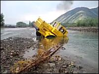 完全に川にはまって「詰み」状態だと思われたトラックが・・・。ワイルドかよw
