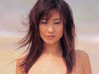 沢地優佳 砂浜に寝そべって砂まみれのノーブラ巨乳バストを手ブラアピール
