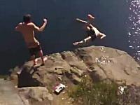 崖ジャンプで足を踏み外して岩場に激突してしまう少年のビデオ。これは痛い