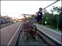 こいつらマジでマジキチ。電車の架線にぶら下がりパンタグラフでおそロシア