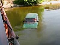 川に落ち沈みゆく車内に取り残された人たち。最後の女性が・・・。