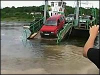 接岸できなかった渡し船から無理に下りようとした車が完全スイボツ