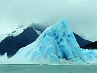 ゴゴゴゴゴ。大きな氷山がひっくり返る瞬間を撮影したとても珍しいビデオ。