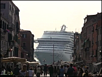 これはデカすぎワロタ。豪華客船とヴェネツィアの街並み。MSCディヴィーナ号