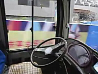 中国で撮影された無人で走るバス。運転席にいるはずのドライバーがいない