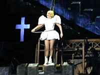 レディーガガさんライブ中に鉄柱が脳天直撃。脳震盪をを起こすも公演続ける