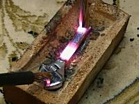 5000Aアタック。大電流を流された金属たちが一瞬で真っ赤になる実験動画。