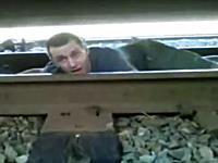 危険度マンモス。線路に寝そべっていた男性が車輪の合間から脱出キケン