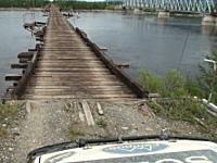車幅ギリギリ今にも朽ちて壊れてしまいそうなオンボロ橋を車で渡るビデオ。