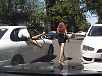 海外の痴漢野郎は豪快。車に乗ったままミニスカギャルのお尻を触るw