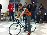自転車屋さんもビックリ。わずか45秒間で自転車のチューブ交換を行う早業。