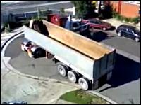 プロの技。えっ!?そんな狭い場所で転回できるの?という大型トレーラー
