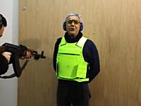 防弾チョッキの性能を証明する為に自ら着用してAK-47で撃たれてみる男性