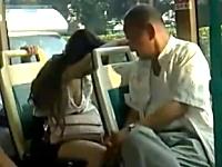 バスの中で寝ている女の胸元をガン見するジジイが激写されるw