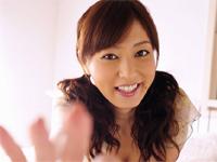 池田夏希 黒のビキニ姿でベッドに横たわったり、パープルのチューブトップ
