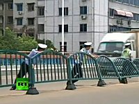 中国の道路フェンス早すぎワロタ。世界最速レベルで倒れるフェンスが話題。