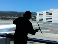 窓掃除職人のコンピレーション動画。流れるような手捌きが素敵にスタイリッシュ。