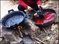 ブタの顔の産毛を除去する為にアスファルトを使用する中国の食品加工工場