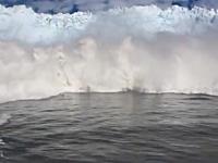 あぶねえ!氷山の崩壊による津波に襲われてしまった観光ボートの映像。