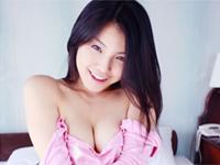 澤木律沙 ランジェリー姿でノーブラな下乳バストを魅せたり、ベッドに寝転がる