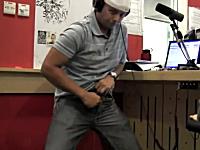 なにこれ珍記録。ズボンのジッパーを高速で上げ下げする世界記録に挑戦。