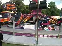 遊園地の乗り物の座席が突然外れて乗っていた少年が投げ出されて大怪我
