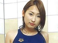 愛川かなえ 白の競泳水着を身につけて屈伸運動や体操