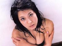小林恵美 ソファに横たわってセクシーグラビアショット