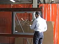つるはしで30回オノで20回、ハンマーでもバールでも割れない耐久ガラス。