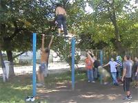 エクストリーム鉄棒。ウクライナのクレイジーなボーイ達による鉄棒テク。
