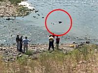 川で水死体発見。通報を受けた警察が現場を封鎖して作業していると・・・。