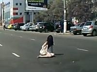 ぶっ飛ぶサンダル。車にひかれた女。渡るなら横断歩道を使った方がよい。