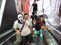 小学生のオフ会に謎の大人が紛れ込んでいる動画が発見される・・・。(謎)