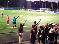 海外の観客ワロタwサッカーで線審にストーキングする観客の群れw